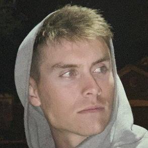 Josh Fleming dating profile