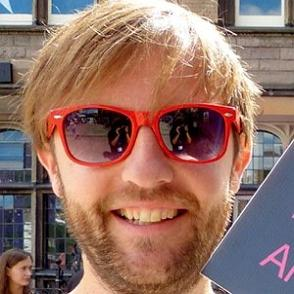 Andrew Maxwell dating profile