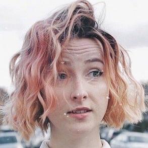 Tessa Violet dating 2021 profile